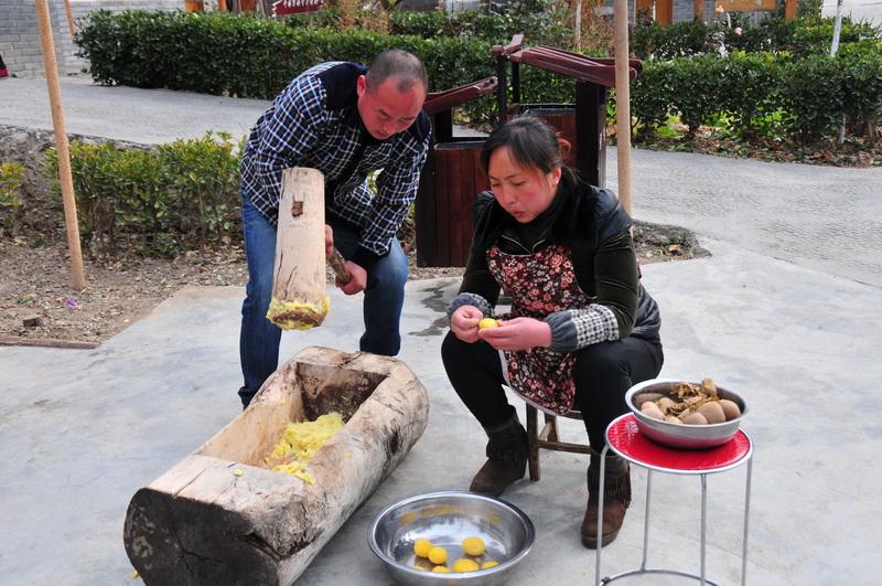 打洋芋糍粑:一道考验新上门女婿的美食